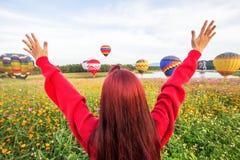 清莱,泰国, 2017年11月29日,女孩举在问候的一只手,漂浮在天空的气球 免版税库存照片