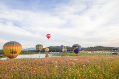 清莱,泰国, 2017年11月29日,看一个展示、气球活动在音乐和comos领域 库存照片