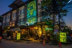 清莱,泰国- 2018年2月01日:一些食品店和本机室外看法在清迈街道与 免版税库存照片