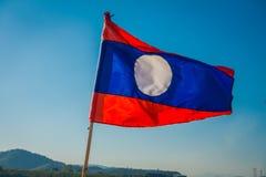 清莱,泰国- 2018年2月01日:一面旗子的室外看法与摇摆在码头的国旗的颜色的 免版税库存图片