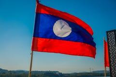 清莱,泰国- 2018年2月01日:一面旗子的室外看法与摇摆在码头的国旗的颜色的 库存照片