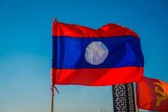 清莱,泰国- 2018年2月01日:一面旗子的室外看法与摇摆在码头的国旗的颜色的 免版税库存照片