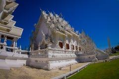 清莱,泰国- 2018年2月01日:为华丽白色寺庙照相的室内观点的未认出的人民 免版税图库摄影