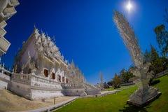 清莱,泰国- 2018年2月01日:为华丽白色寺庙照相的室内观点的未认出的人民 免版税库存图片
