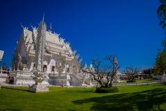 清莱,泰国- 2018年2月01日:为华丽白色寺庙照相的室内观点的未认出的人民 库存图片