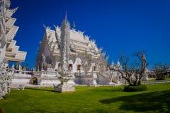 清莱,泰国- 2018年2月01日:为华丽白色寺庙照相的室内观点的未认出的人民 库存照片