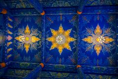 清莱,泰国- 2018年2月01日:五颜六色的屋顶室内看法与垂悬的灯的在Wat的寺庙里面 库存图片