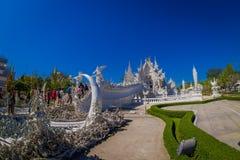 清莱,泰国- 2018年2月01日:位于清莱的美丽的华丽白色寺庙北泰国 wat 图库摄影