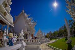 清莱,泰国- 2018年2月01日:位于清莱的美丽的华丽白色寺庙的人们北 库存图片