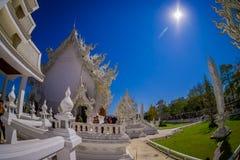 清莱,泰国- 2018年2月01日:位于清莱的美丽的华丽白色寺庙的人们北 图库摄影