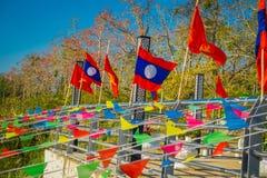 清莱,泰国- 2018年2月01日:位于码头的数十面旗子室外看法金黄三角老挝 图库摄影