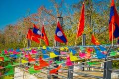 清莱,泰国- 2018年2月01日:位于码头的数十面旗子室外看法金黄三角老挝 库存照片