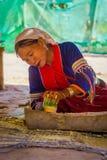 清莱,泰国- 2018年2月01日:使用刀子的室外观点的未认出的妇女做与竹子的一handycraf 库存图片