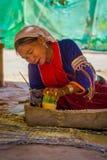 清莱,泰国- 2018年2月01日:使用刀子的室外观点的未认出的妇女做与竹子的一handycraf 免版税库存图片