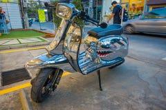 清莱,泰国- 2018年2月01日:关闭一辆银色摩托车停放在城镇街道的户外  库存图片