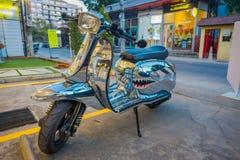 清莱,泰国- 2018年2月01日:关闭一辆银色摩托车停放在城镇街道的户外  图库摄影