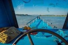 清莱,泰国- 2018年2月01日:关闭在航行一条小船在水域中的客舱的上尉手  免版税库存照片