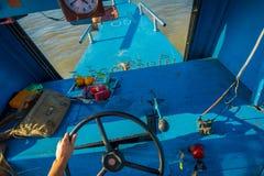 清莱,泰国- 2018年2月01日:关闭在航行一条小船在水域中的客舱的上尉手  免版税库存图片
