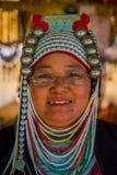 清莱,泰国- 2018年2月01日:关闭未认出的妇女佩带的玻璃,属于卡伦长的脖子 库存图片