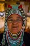 清莱,泰国- 2018年2月01日:关闭未认出的妇女佩带的玻璃,属于卡伦长的脖子 图库摄影
