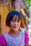 清莱,泰国- 2018年2月01日:关闭未认出的微笑的小女孩属于卡伦长的脖子小山 图库摄影