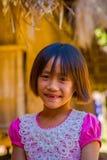 清莱,泰国- 2018年2月01日:关闭未认出的微笑的小女孩属于卡伦长的脖子小山 免版税图库摄影