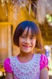 清莱,泰国- 2018年2月01日:关闭未认出的微笑的小女孩属于卡伦长的脖子小山 免版税库存图片