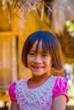 清莱,泰国- 2018年2月01日:关闭未认出的微笑的小女孩属于卡伦长的脖子小山 库存照片