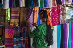 清莱,泰国- 2017年11月4日:卖民间艺术物品的未认出的长的脖子卡伦小山部落妇女 免版税库存图片
