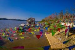清莱,泰国- 2018年2月01日:在数十旗子绞刑上看法在码头的在金黄三角老挝 免版税库存照片