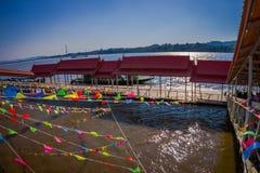 清莱,泰国- 2018年2月01日:在数十旗子绞刑上看法在码头的在金黄三角老挝 图库摄影