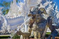 清莱,泰国- 2018年2月01日:地方泰国卡车室外看法有一个龙喷泉的在白色寺庙 库存照片