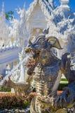 清莱,泰国- 2018年2月01日:地方泰国卡车室外看法有一个龙喷泉的在白色寺庙 免版税库存照片