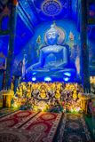 清莱,泰国- 2018年2月01日:坐在bluew寺庙的巨大的菩萨雕象室内看法在Wat荣Suea 免版税库存图片