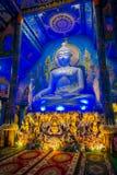 清莱,泰国- 2018年2月01日:坐在bluew寺庙的巨大的菩萨雕象室内看法在Wat荣Suea 图库摄影