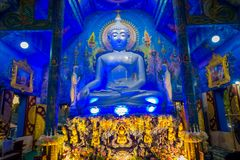 清莱,泰国- 2018年2月01日:坐在bluew寺庙的巨大的菩萨雕象室内看法在Wat荣Suea 库存图片