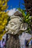 清莱,泰国- 2018年2月01日:垂悬从树的雕刻的石头在Wat荣Khun,白色寺庙  库存图片
