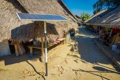 清莱,泰国- 2018年2月01日:太阳pannel室外看法接近长的脖子trib传统房子的  免版税库存图片