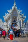 清莱,泰国- 2018年2月01日:室外观点的被找出的白色寺庙输入的未认出的人  免版税图库摄影