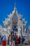 清莱,泰国- 2018年2月01日:室外观点的被找出的白色寺庙输入的未认出的人  图库摄影