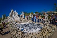清莱,泰国- 2018年2月01日:室外观点的被找出的白色寺庙输入的未认出的人  库存图片