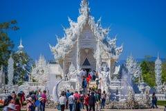 清莱,泰国- 2018年2月01日:室外观点的被找出的白色寺庙输入的未认出的人  免版税库存照片