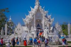 清莱,泰国- 2018年2月01日:室外观点的被找出的白色寺庙输入的未认出的人  免版税库存图片