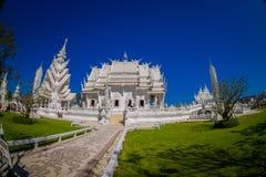 清莱,泰国- 2018年2月01日:扔石头的道路室外看法有被找出的一华美华丽的白色寺庙  免版税图库摄影