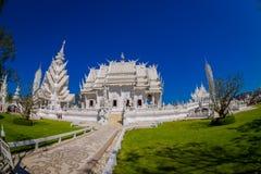 清莱,泰国- 2018年2月01日:扔石头的道路室外看法有被找出的一华美华丽的白色寺庙  免版税库存照片
