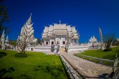 清莱,泰国- 2018年2月01日:扔石头的道路室外看法有被找出的一华美华丽的白色寺庙  库存图片