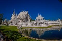清莱,泰国- 2018年2月01日:拍照片的未认出的人民对白色寺庙Wat荣Khun被找出  图库摄影