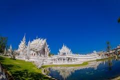 清莱,泰国- 2018年2月01日:拍照片的未认出的人民对白色寺庙Wat荣Khun被找出  免版税库存照片