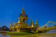 清莱,泰国- 2018年2月01日:有一座桥梁的美丽的金黄寺庙在湖, Wat Suan Dok修道院 图库摄影