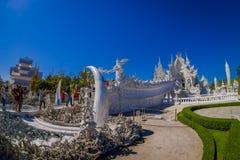 清莱,泰国- 2018年2月01日:未认出的人侧视图被找出的白色寺庙输入的  免版税图库摄影